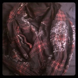 Thin scarf with skull detailing